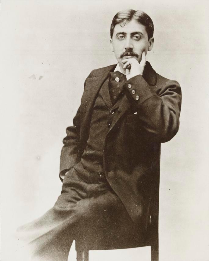 Wegener, Otto. 1985. Foto von Marcel Proust. Das Foto zeigt Marcel Proust auf einem Stuhl sitzend und den Kopf in der linken Hand abgestützt. Quelle: Wikimedia Commons. CCO.