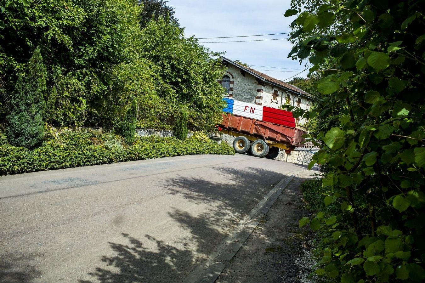 Traktor mit FN-Farben, der zum Anlass des politischen Meetings von Marine Le Pen in Brachay nach der Sommerpause am 3. September 2016 das Dorfzentrum blockierte. Foto und Rechte: Laurent Troude, mit freundlicher Genehmigung von Frédérique Roussel.