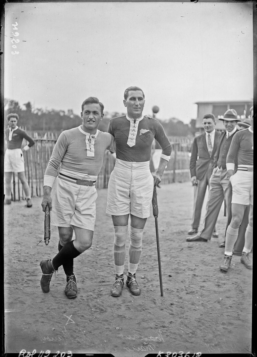 Frankreich-Rumänien (15.05.1927), Stade Jean Bouin. Foto der beiden Kapitänen: du Manoir (li.) und Mano (re.) (gallica.bnf.fr/BnF, Agence Roll)