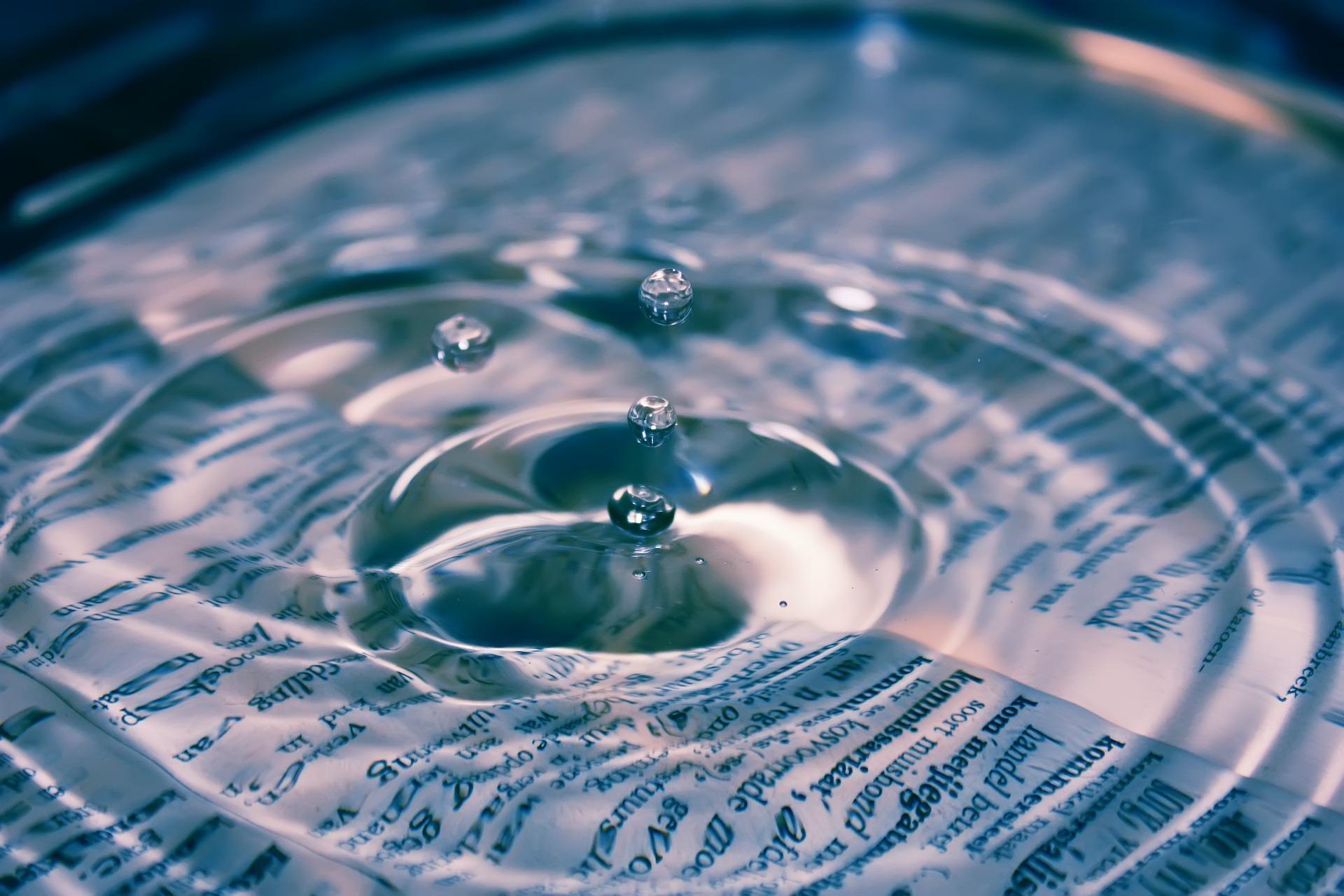 Klare Wassertropfen und Wörterbuch; pixabay/Janeke88